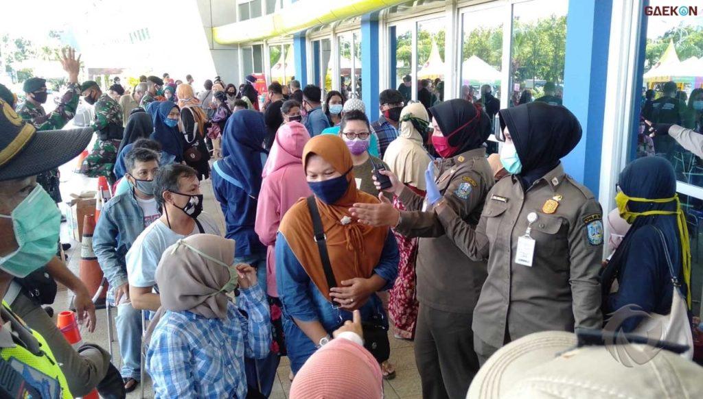 Korban Hoaks Sembako Gratis, Warga Surabaya Padati Lumbung Pangan Jatim