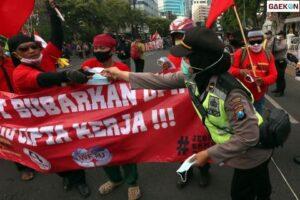 Demonstrasi di Surabaya Berjalan Damai Polisi Bagi-Bagi Masker kepada Massa Aksi