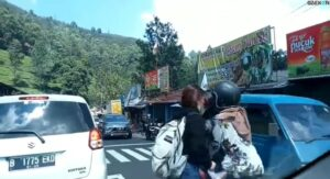 Kurang Fokus, Wanita Ini Hampir Saja Tertabrak Sepeda Motor, Netizen Malah Salah Fokus dengan Paras Cantiknya
