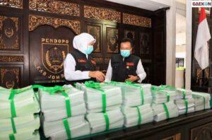 Gubernur Jawa Timur Serahkan Sertifikat Bansos dan Modal Usaha di Jombang