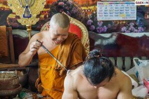 Tato Sak Yant Dibuat Biksu di Kamboja yang Dipercaya Memiliki Kekuatan Magis dan Sakral