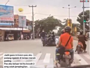 Serobot Lampu Merah, Emak-emak Tabrak Dua Pria Sedang Wheelie