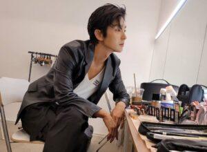 Bergaya Di Depan Kaca, Potret Lee Jun Ki Sukses Bikin Netter Meleleh
