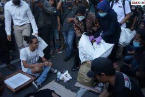 Langka Momen Risma Punguti Sampah Ditengah Aksi Kerumunan Demi Tolak Omnibus Law