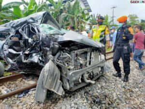 Terekam CCTV Dilibas Kereta Api, Pengendara Mobil Tewas Mengenaskan