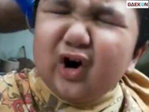 Video Bocah Cilik Ngomel Usai Rambutnya Dipotong Sang Ayah