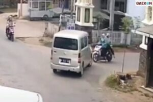 Mobil Belok Malah Nabrak Motor, Warganet Berdebat Siapa Yang Salah