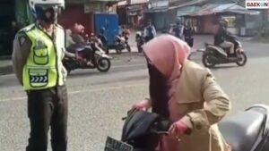 Emak-emak Ini Nggak Ada Akhlak, Teriaki Polisi Pakai Lafal Takbir dan Laknat