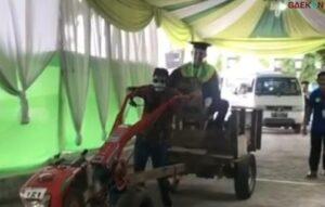 IAIN Tulungagung Gelar Wisuda Drive Thru, Wisudawan Naik Traktor Sawah