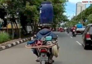Penuh Perjuangan, Tukang Cuci Motor Keliling Ini Bawa Tong Air di Kepalanya