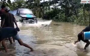 Warga Mengamuk Saat Mobil Ini Nekat Terabas Jalan Banjir