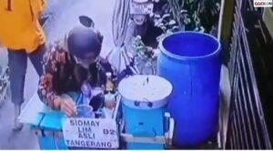 Penjual Siomay Ini Keterlaluan, Terekam CCTV Ludahi Barang Dagangannya