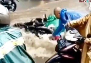 Ibu Jatuh Dari Motor Karena Terseret Banjir, Warganet Sibuk Nyalahin Pria Botak Ini