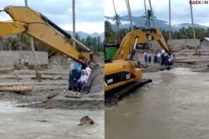 Tak Ada Jembatan, Bocah Sekolah Ini Menyeberang Sungai Naik Ekskavator