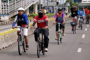 Pesepeda Ini Ditabrak Mobil Saat Polisi Beri Himbauan Tertib Lalu Lintas