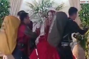 Berani Beda Tamu Undangan Ini Pakai Baju Ala Pendaki Gunung Saat Acara Pernikahan
