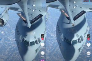 Video Pesawat Tanker Isi Bahan Bakar Pesawat Lain Saat Terbang