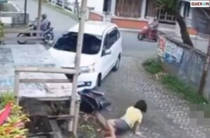 Terekam CCTV, Pengendara Motor Ini Jadi Sasaran Empuk Sebuah Mobil