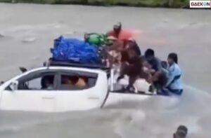 Nekat Sebrangi Sungai, Mobil Ini Terseret Arus