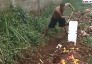 Kesal Dengan Sampah Berserakan, Bapak Ini Bikin Kuburan Di Tepi Jalan