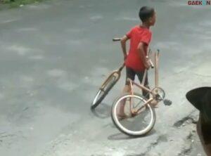 Nangis Di Sepanjang Jalan, Sepeda Bocah Ini Patah Jadi Dua