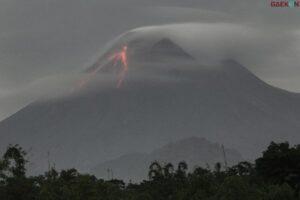 13 Kali Guguran Lava Pijar, Asap Tebal Gunung Merapi Terlihat Lagi