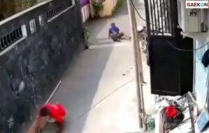 Tak Tahu Apa Salahnya, Anak Ini Didorong Bapak-Bapak Hingga Terjatuh Saat Bersepeda