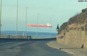 Dikaitkan Dengan Hal Gaib, Ini Penjelasan Foto Kapal Tanker Melayang Di Udara