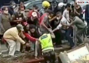 Pos Polisi Roboh, Sejumlah Warga Bantu Seorang Polisi Dari Runtuhan Bangunan