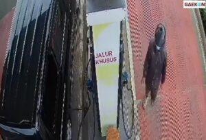 Terekam CCTV, Pria Ini Dengan Santainya Curi Uang Di SPBU