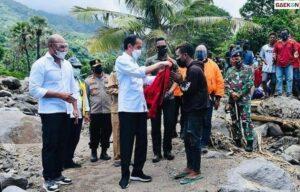 Curi Perhatian Warganet, Jokowi Berikan Jaketnya Untuk Korban Banjir NTT
