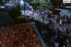 Viral Sebuah Video Warga Berkerumun Di Jalanan Tunggu Pembagian Duit Anggota DPR RI
