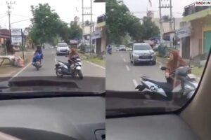 Emak-Emak Ini Ngobrol Santai Ditengah Jalan Saat Ada Kendaraan Lewat