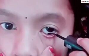 Bikin Geleng-Geleng Kepala, Anak Perempuan Ini Pakai Eyeliner Di Dalam Matanya