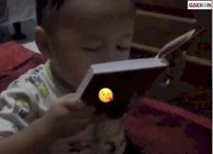 Rindu Sang Ayah, Balita Ini Mencium Foto Ayahnya Di Buku Yasin
