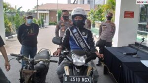 Pemotor Santuy Lepas Tangan Di Bintaro Jadi Duta Keselamatan Lalu Lintas dan Dapat Hadiah Motor dari Polisi
