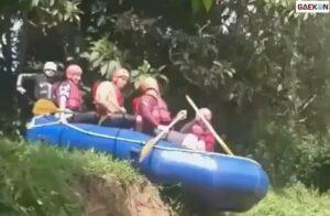 Gagal Main Arung Jeram, Rombongan Ini Malah Jatuh Ke Dalam Sungai