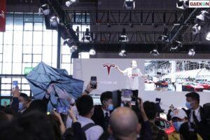 Jadi Pusat Perhatian, Wanita Ini Teriak Dan Menginjak Mobil Tesla Dalam Pameran Otomotif