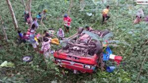 Rem Blong, Mobil Bak Terbuka Ini Terjun Ke Jurang