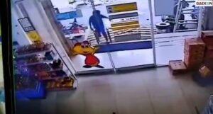 Siapa Sangka, Tenaga Bocah Kecil Ini Bisa Pecahkan Pintu Minimarket