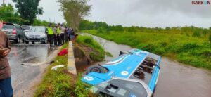 Banting Setir, Bus Damri Di Kalteng Ini Masuk Parit