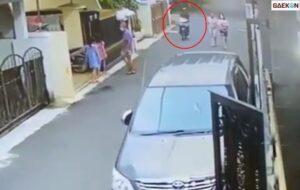 Terekam CCTV, Dua Wanita Sedang Berjalan Ini Jadi Korban Jambret