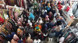 Pengunjung Pusat Grosir Pasar Tanah Abang Membludak, Polisi Turun Tangan