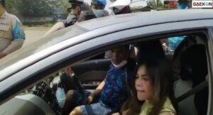 Maksa Masuk Anyer, Penumpang Mobil Ini Ngamuk Ke Petugas