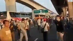 Tak Bisa Berangkat Kerja Karena Jalan Ditutup, Sejumlah Pekerja Pabrik Ini Protes Di Tol Cikarang Barat