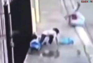 Lompati Kubangan Air, Ibu Ini Jungkir Balik Saat Ditarik Anaknya