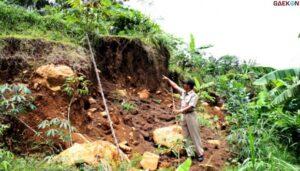 Ribuan Aliran Listrik Rumah Warga Di Lereng Wilis Terputus Akibat Banjir dan Longsor