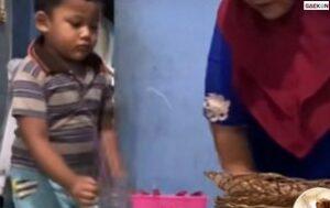 Bikin Salut, Bocah Laki-Laki Ini Bantu Ibunya Berjualan Di Warung