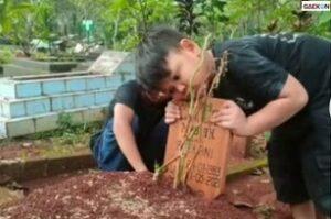 Anak Ini Panggil-Panggil Ibunya Saat Berziarah Ke Makamnya, Sang Ayah Bilang Jika Ibunya Sedang Tidur