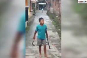 Viral Anak Kecil Marah-Marah Tak Jelas Sambil Bawa Celurit